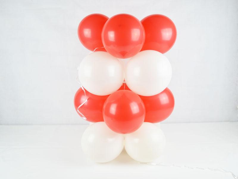 Steckmodule mit Ballons werden mit Ballonband zusammengehalten