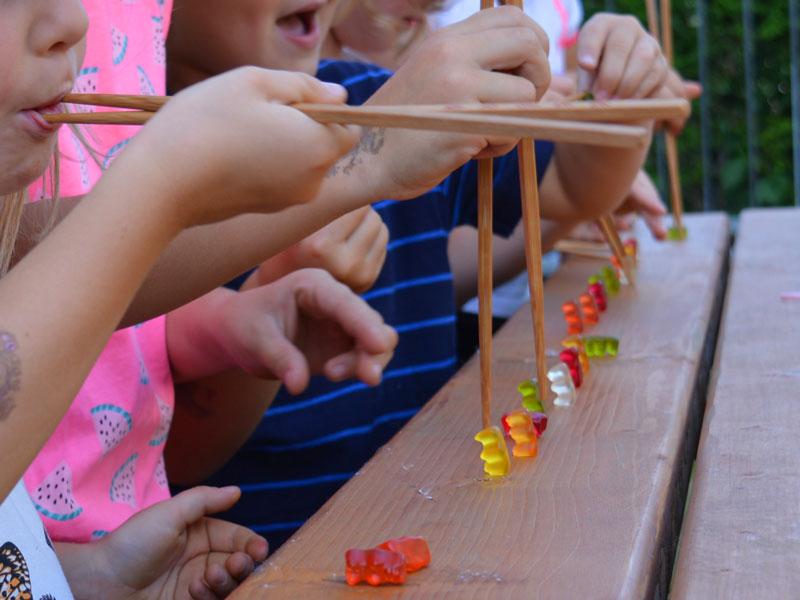 Geburtstags Spiel Gummibären Wettessen mit Stäbchen