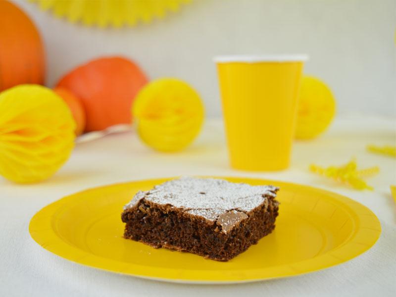 Brownie auf Pappteller am Geburtstagstisch