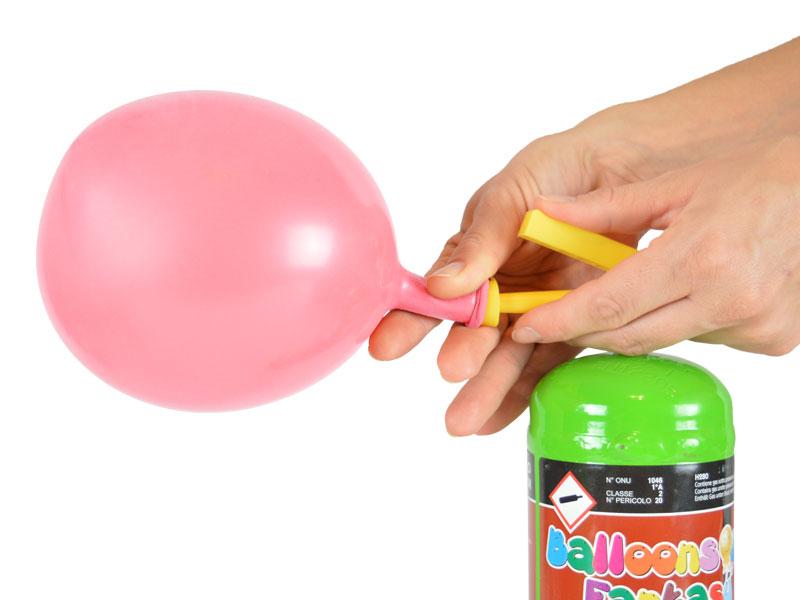 Helium klein mit halb aufgeblasenen Latexballon